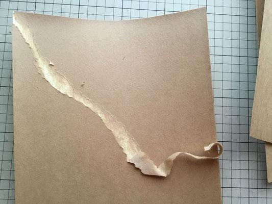 乾燥したら、クラフト紙の層をカッターと手で剥ぎ取っていきます。