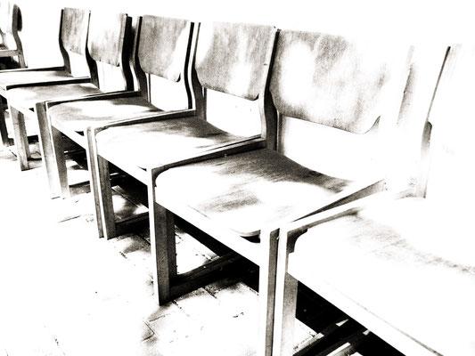 図書館庭の椅子たち。日なたぼっこ椅子。