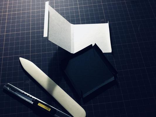 さて。表紙カバーが切り文字のために脆弱なので、箱をつくります。