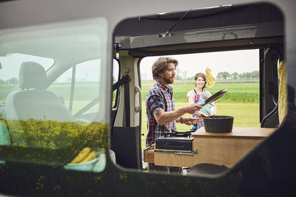 Mit dem Campingbus kochen in freier Natur