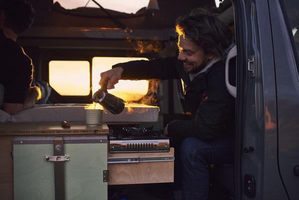 Sonnenaufgang mit Kaffee im Campingbus