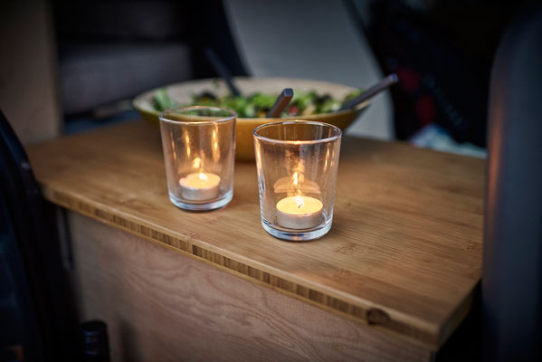 Candle Light Dinner im Camper Van