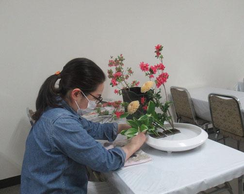 主材は錦紅花つつじかと思いきや、花屋さんからサツキと聞きました。