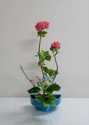 2020.7.8 <紫陽花(アジサイ) 撫子(ナデシコ) 鳴子百合(ナルコユリ)> HInanoちゃんの作品です。一作目は「たてるかたち」を。