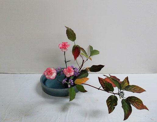 2020.10.28 <珊瑚水木(サンゴミズキ) スプレーストック> Katsurakoさんの作品です。盛花のお稽古です。