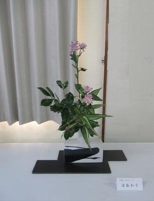 Kazukoさんの作品です。山茶花を低めに抑えて、秋の代名詞のような菊を主役にしていけてみました。