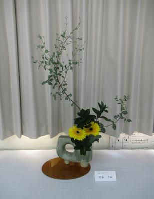 Chiakiさんの作品です。力のある面白い変形花器にユーカリの枝ぶりを生かした作品です。