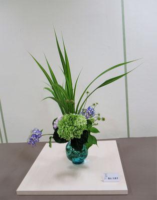 Kumikoさんの作品です。夏を意識して、器と花材を考えました。爽やかでドーンとしていますが、実は細やかな心配りが随所に。