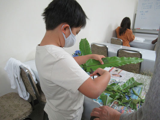 Ittsuちゃんは花バサミを器用に使いこなしています。