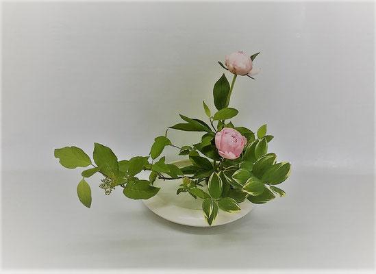 <珊瑚水木 芍薬 鳴子百合> Kazukoさんの作品です。
