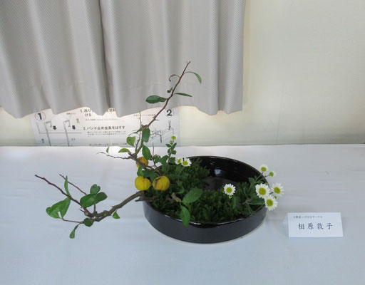Atsukoさんの作品です。実付きの木瓜を使って、写景盛花・様式本位の作品です。