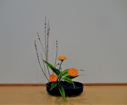 <行李柳(コリヤナギ) ガーベラ ドラセナサンデリアーナ> Natsumiさんの作品です。直立型のお稽古2回目。