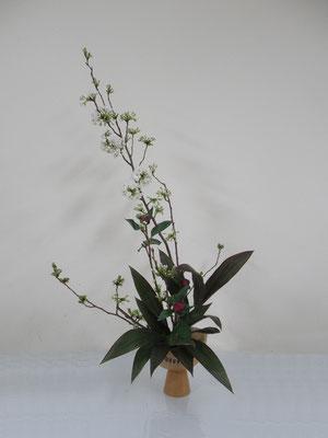 2020.4.8 <桜 芍薬 ドラセナ> Qianさんの作品です。桜を主役にダイナミックに表現してみました。芍薬は蕾でしたが、綺麗に咲いたでしょうか?