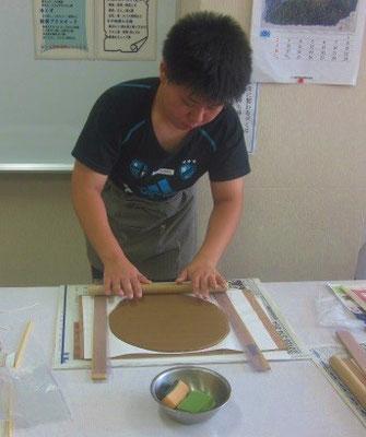 普段とは違う雰囲気と初めての陶芸だったせいか、ちょっと緊張気味の様子です。