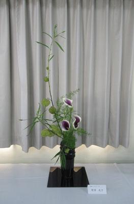 Tamikoさんの作品です。フウセントウワタをサラリと瓶花に。取り合わせの面白さやカラーの色に来場者から幾度も質問されました。