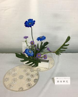 Kayoさんの作品です。青いガーベラが驚きでした。あまり見ない色なので見てくれた方々の度肝を抜いたようです。