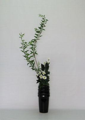 2020.8.18 <雪柳 小菊> Chiakiさんの作品です。瓶花・直立型のお稽古です。ゆらゆらとした雪柳の茎が瓶の中で曲がっていて留めるのに苦労しましたが、この苦労が後々の力になります。頑張ってね。