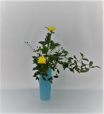 10/3 <お茶の木 中菊 吾亦紅(われもこう)> Tamikoさんの作品です。お茶の木は長さがあまりなかったので中間の菊を高くしてみました。