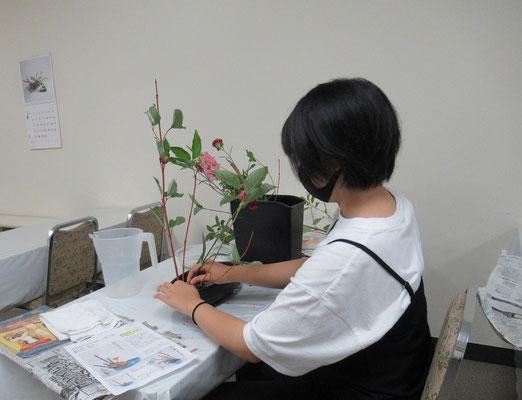 盛花(直立型)のお稽古をするHinanoちゃん。