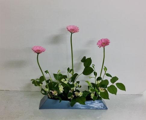 <ガーベラ アルストロメリア レモンリーフ> Akikoさんの作品です。