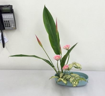 直立型は盛花の基本ですね。Kaoriさんの作品です。
