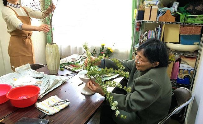 お花との対話も楽しむ様子のyoshiさん。次第に会話も弾みます。