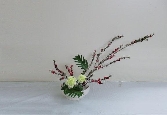 2019.5.22 <ギョリュウバイ カーネーション クッカバラ> Yayoiさんの作品です。初めての「かたむけるかたち」。ワッサワサのギョリュウバイの枝の整理のお稽古です。