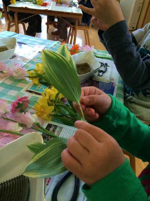 それから、花が咲き終えた後に残っている茎を丁寧に取り除きました。