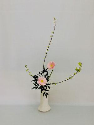 <金葉こでまり ガーベラ 笹葉ルスカス> Chiakiさんの作品です。
