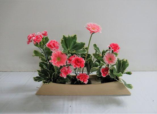 2020.2.5 <ガーベラ スプレーカーネーション 大葉ピットスポラム> Ittuちゃんの作品です。とても華やかです。山ならぬ花たちが笑っているようです。