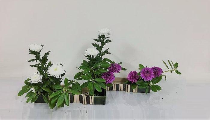 2018.7.4 <石楠花 中菊 ダリア> 素敵な石楠花を頂いたので琳派調いけばなのお稽古をしました。赤紫のダリアが気に入りました。