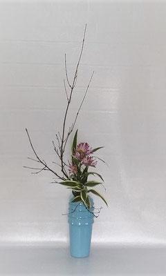11/7 <オタルモミジ 菊(スプレー菊) ドラセナ・サンデリアーナ> Tamikoさんの作品です。