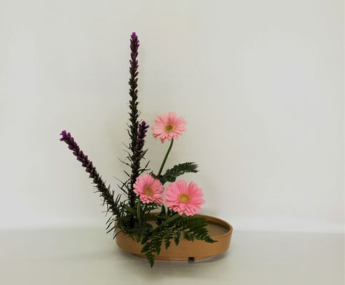 4/17 <リアトリス ガーベラ レザーファン> Chiakiさんの作品です。盛花直立型3回目のお稽古。