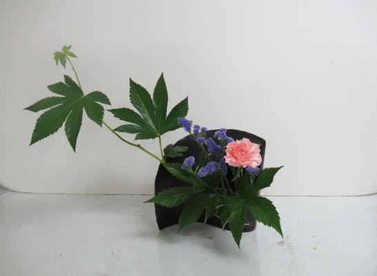 2019.8.28 <木苺 カーネーション スターチス> Qianさんの作品です。余った花材でいけてみました。