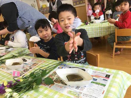 竹とんぼのようにクルクル回す子もいます。