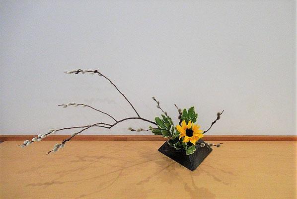<バッコ柳 向日葵(ヒマワリ) 大葉ピットスポラム> 残った花材を使っての二作目です。Katsurakoさんの作品です。揺れるようなおおらかな枝の動きを意識していけてもらいました。
