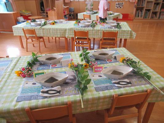 早目にお部屋に着くと、先生方が花器を並べるなどちょうど準備が整ったところでした。