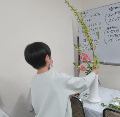 ここでは、金葉(キンバ)コデマリと呼んでいますが、黄葉(キバ)コデマリという名で花屋さんに並んでいることもあります。