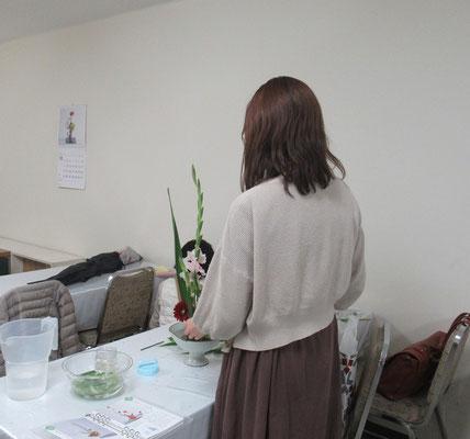 「ああかな、こうかな?」と少し悩みながらも、テキパキと花をいけるRuriさん。