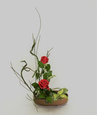 4/10 <石化エニシダ 薔薇 ゴッドセフィアナ> Chiakiさんの作品です。盛花2回目のお稽古は、直立型。堂々としています。
