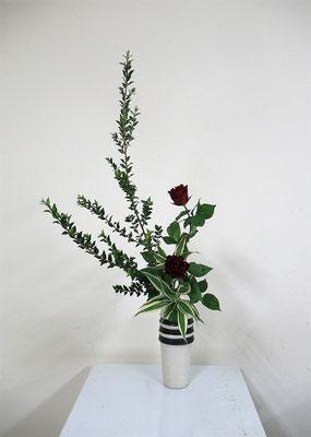 2020.10.21 <銀香梅(ギンコウバイ) 薔薇(バラ) ドラセナサンデリアーナ> Atsukoさんの作品です。