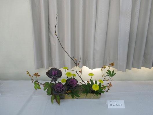 Kumikoさんの作品です。季節感のある琳派調いけばなです。野放図な蔓梅擬の枝の動きを妨げないように意識していけたそうです。