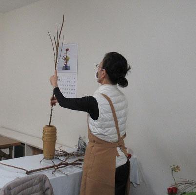 2020.10.7 錦木を手に作品のイメージを浮かべているAtsukoさん。