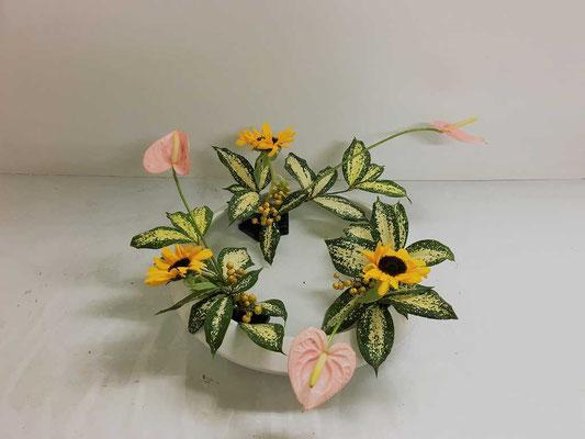 <アンスリウム 向日葵(ヒマワリ) ゴッドセフィアナ ツルウメモドキ> Eunjuさんの作品です。初めての「まわるかたち」
