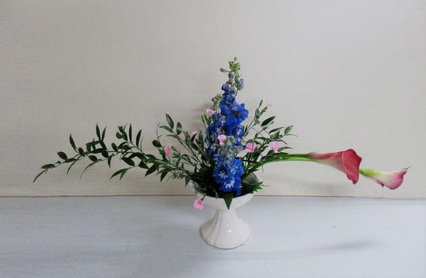 2019.5.22 <笹葉ルスカス カラー デルフィニウム 撫子(ナデシコ)> Rikuくんの作品です。「ひらくかたち」を多面性でいけてみました。