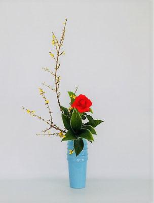 <連翹(レンギョウ) 薔薇 青ドラセナ> Tamikoさんの作品です。