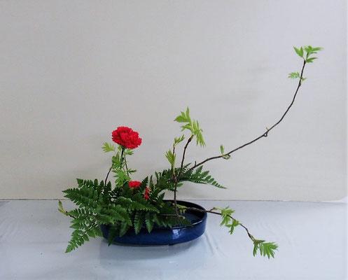 2021.4.14 <芽出しナナカマド カーネーション レザーファン> Seotoさんの作品です。芽出しナナカマドの枝ぶりを思いのまま自由にいけました。