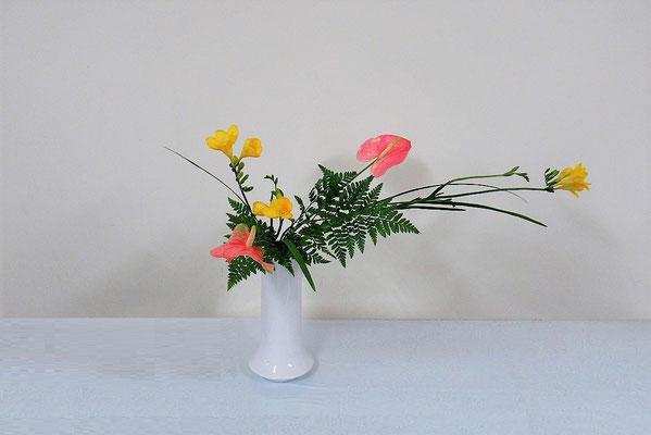 2020.3.25 <フリージア アンスリウム レザーファン> Katsurakoさんの作品です。軽やかな感じがいいなと思いました。フリージアは、とても好きな花のひとつです。