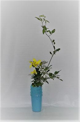 <素馨 透かし百合 ミスティブルー> Tamikoさんの作品です。枝振りを見て逆勝手での瓶花です。