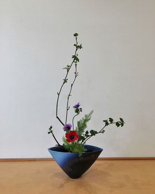 <芽出し木苺 アネモネ 天門冬(テンモンドウ)> Natsumiさんの作品です。たてるかたち4回目のお稽古。